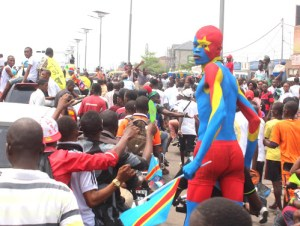 La population de Kinshasa venue accueillir les Léopards vainqueurs du Chan Rwanda 2016 lors de leur passage sur les avenues de la capitale en présentant la coupe le 8/02/2016. Radio Okapi/Ph. John Bompengo