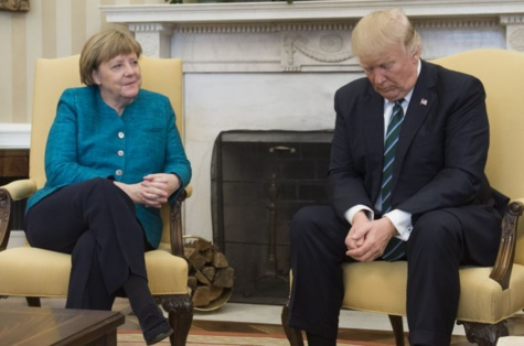 Video-Donald Trump refuses to shake hands with Angela Merkel ... before changing her mind