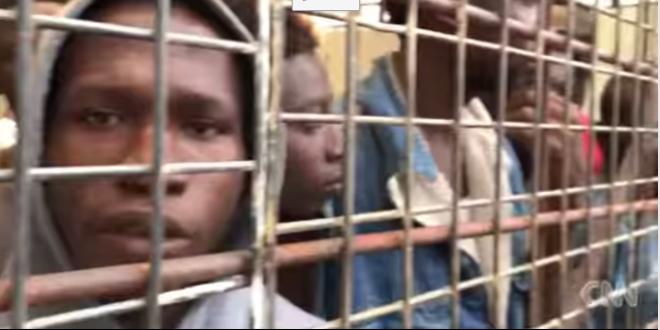 Vente aux enchères de migrants: les images choc de CNN (VIDEO)