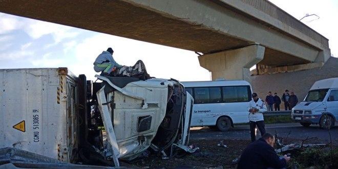 Collision entre un camion et un véhicule detransport à Bouskoura