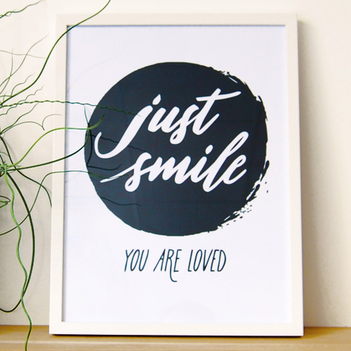 "L'affiche ""Just smile. You are loved."""