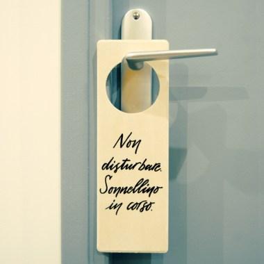 """Cartello per porta da appendere alla maniglia. """"Non disturbare. Sonnellino in corso."""""""