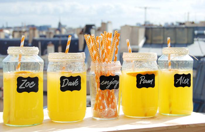Etiquettes ardoise : les prénoms des invités écrits directement sur les bocaux en verre pour une jolie fete