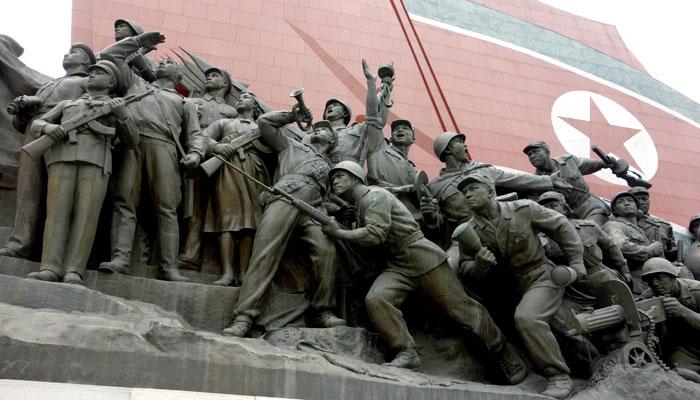 Gruppo scultoreo che esalta l'esercito della Corea del Nord