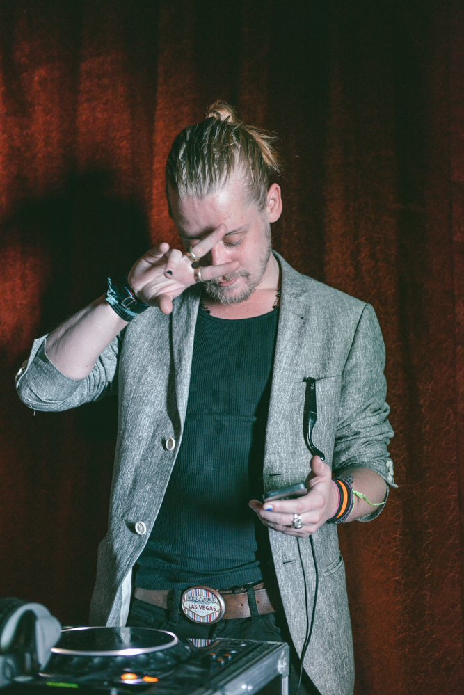 DJ set de Macaulay Culkin con su iPhone.
