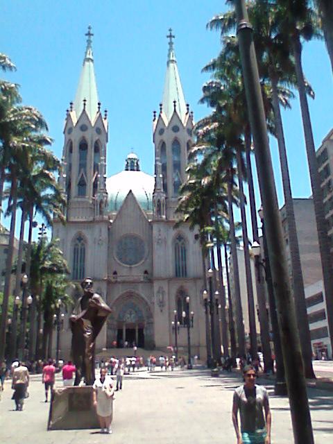Catedral da Sé e a estátua de São Paulo