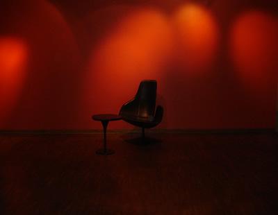 Foto: Nikke - Röd stol mot röd vägg på Yasuragi Hasseludden. En fröjd och en lisa för ögat.