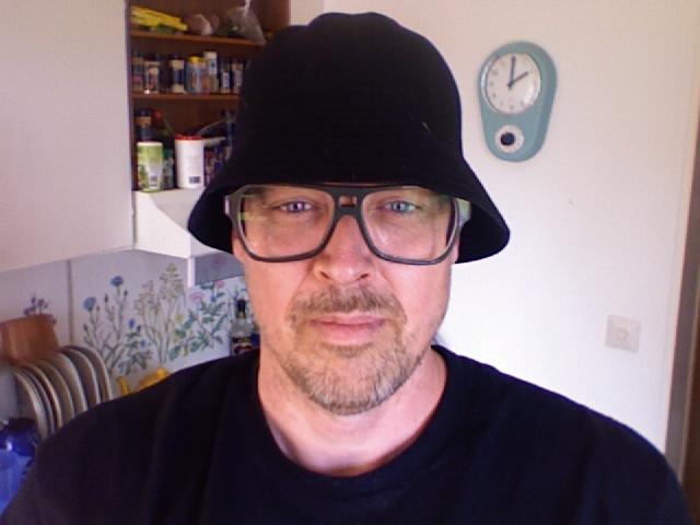 Nikke Lindqvist in nice hat?