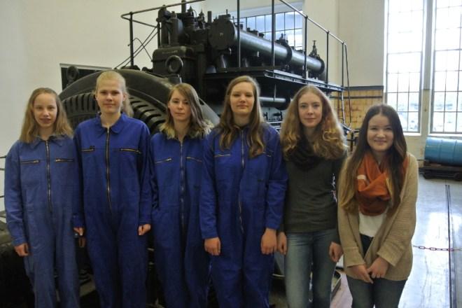 Die Schülerinnen freuen sich auf einen spannenden Tag bei den Stadtwerken Lemgo