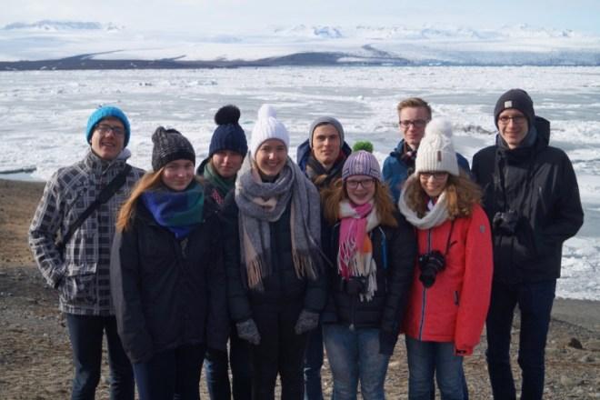 Das Gruppenfoto zeigt die Jungforscher am zugefrorenen Gletschersee Jökullsarlón bei eisigem Wind (Anna ist die zweite von links).