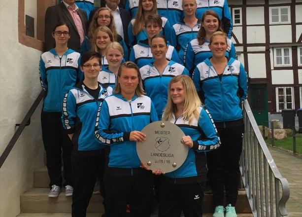 Die Bürgermeister Dr. Reiner Austermann und Klaus Geise hatten die erfolgreichen Spielerinnen sowie Trainer und Betreuer in das Lemgoer Rathaus eingeladen. Zu den Gratulanten gehörte auch Hans Pawlowski, Vorsitzender des Stadtsportverbandes Lemgo.