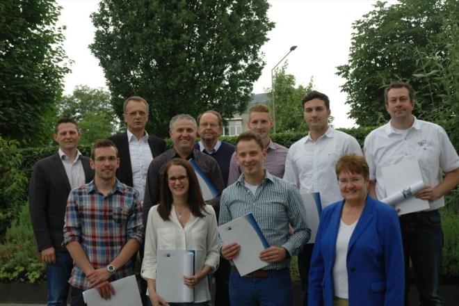 Fühlen sich in Lippe wohl. Die erfolgreichen Teilnehmer mit dem Prüfungsausschussvorsitzenden Jürgen Pidde (Mitte hinten) und zwei Firmenvertretern nach der Zeugnisübergabe.