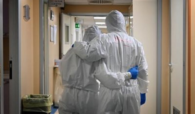 coronavirus abbraccio