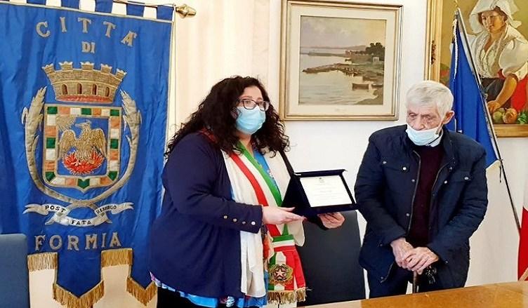 La premiazione dell'artista Franco Viola