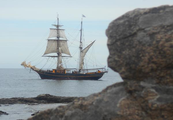 Skonnerten Tres Hombres måtte vente uden for Gudhjem inden, der kunne gøres plads i havnen. Foto©JørgenKoefoed.