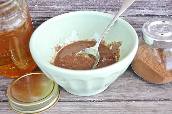 DIY honey cinnamon nutmeg face mask - A natural face mask that brightens skin, clears breakouts, & evens out skin tone. A must try for any skin issues!!