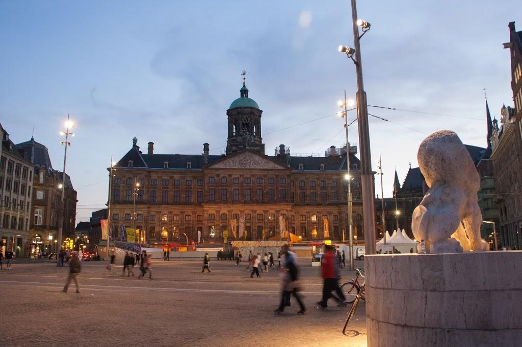 Plaza Dam de noche