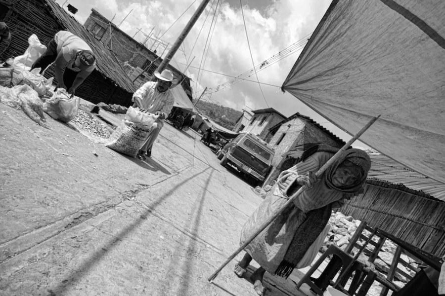Messico Tlamacazapa, una vecchia indigena cammina per il mercato