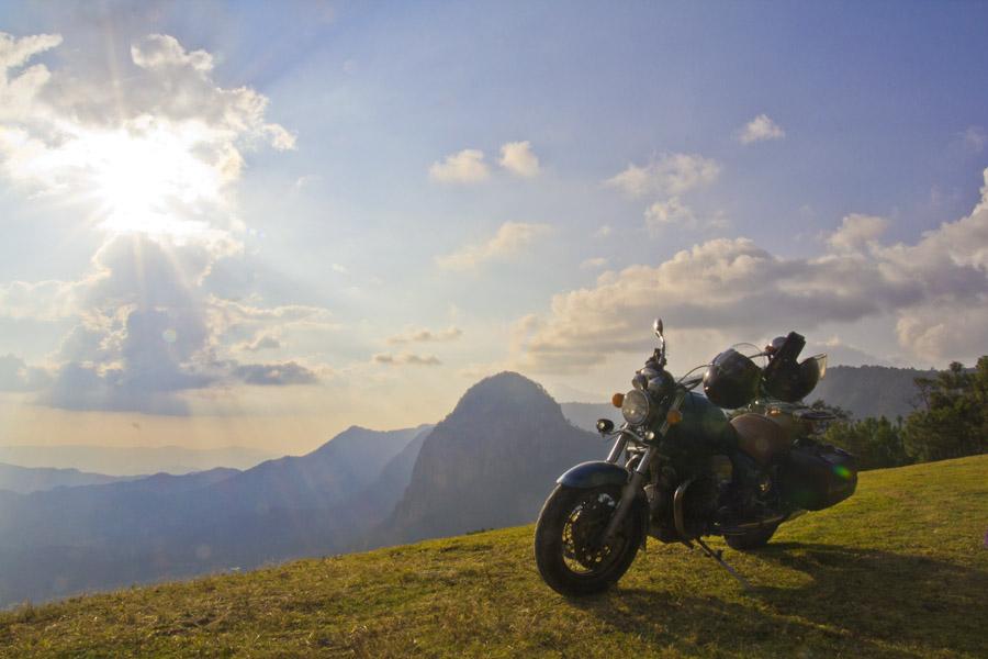 Motoguzzi sulla cima delle montagne sopra valle bravo
