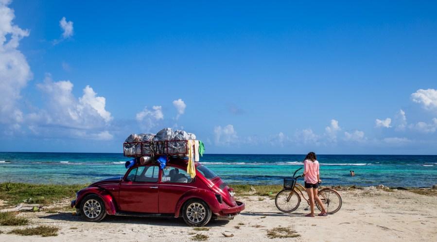 Il Mare dei Caraibi, una ragazza e un maggiolino pieno di bagagli