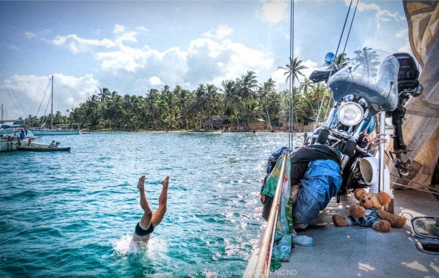 Mi tuffo dal veliero nelle acque cristalline di un'isola di san blas a Panamà