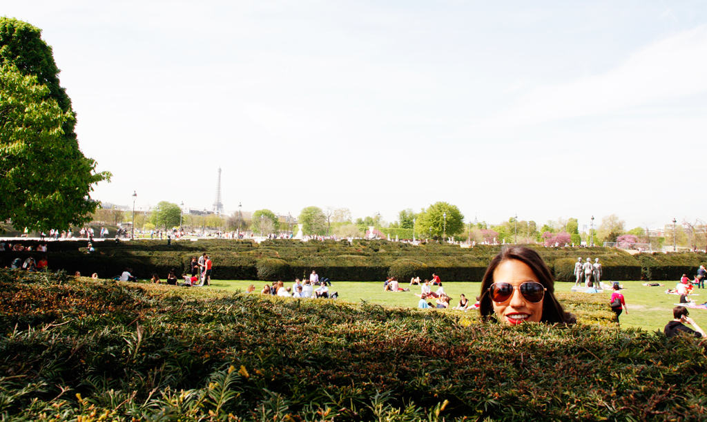 paris-lourve-gardens-peakaboo