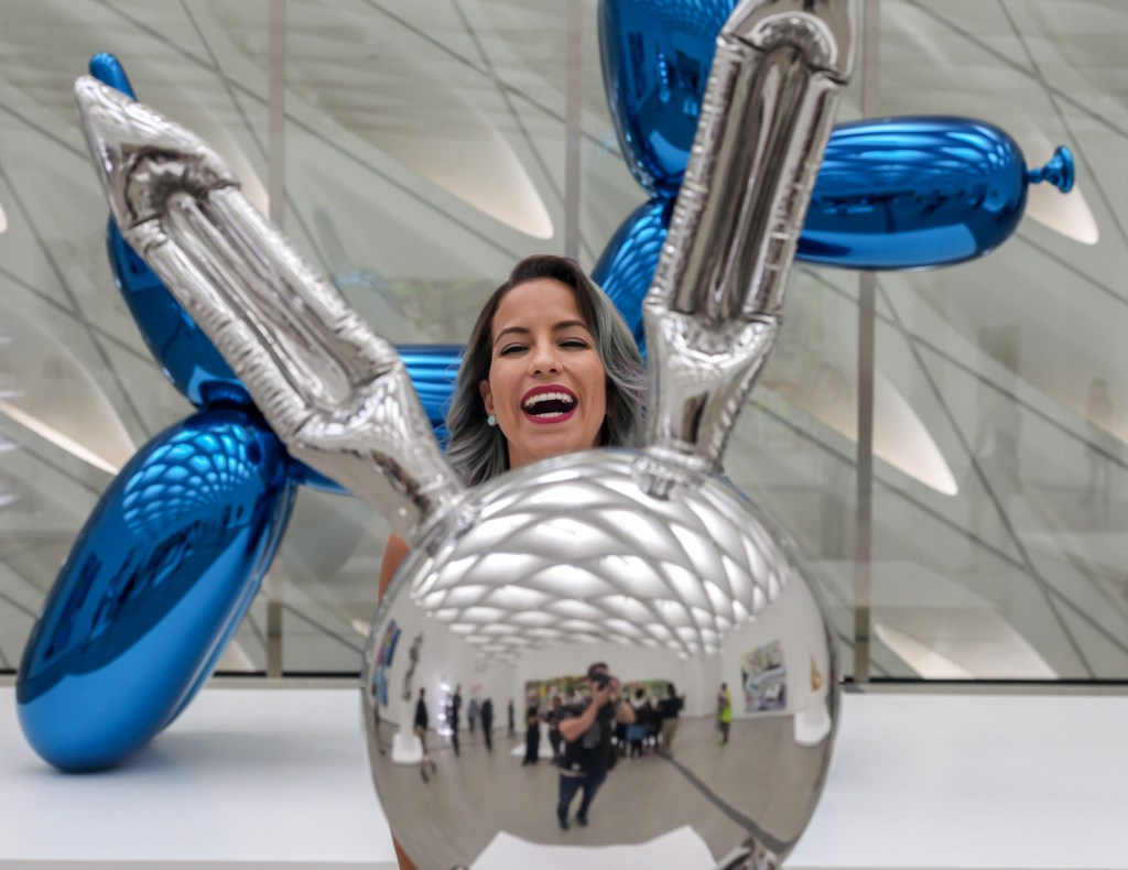 pet-the-jeff-koons-balloon-dog-peakaboo