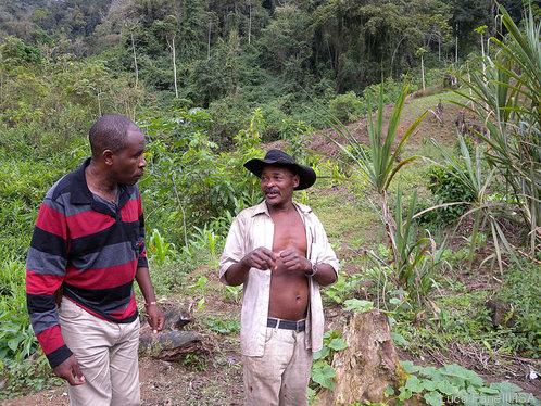 Jacinto Wacussanga e Toninho: longas caminhadas para chegar às casas da comunidade