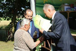 Subačiaus seniūnas V.Paliulis iteikia padėkas nusipelniusiems lukonieičiams