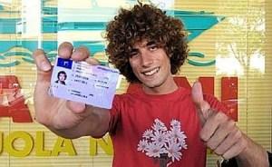 Marco Simoncelli mostra la sua patente