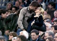 Shakira e Piquè bel bacio ma borsa brutta