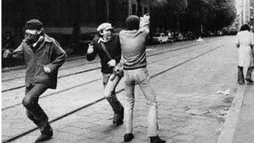 Il diciassettenne Maurizio Azzollini mentre spara a Milano in quel fatidico giorno del 1977