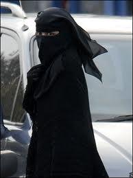 """Una donna saudita vestita col niqab, il """"velo"""" che preserva le donne arabe dall'impudicizia"""