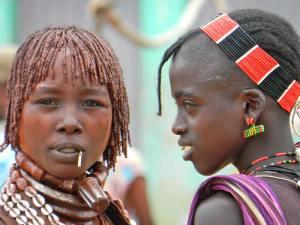 A sinistra donna HAMER con il bignere della prima moglie, a destra donna BANNA.