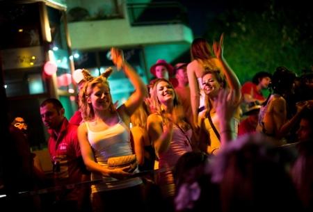 ragazze-che-si-divertono-in-discoteca_main_image_object