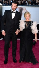 Bradley Cooper in Tom Ford, con madre al seguito.