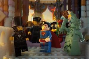 Da Superman alla Statua della Libertà, passando per Gandalf e Abramo Lincoln...nell'universo Lego tutti i miti possono coesistere, ma praticamente non servono a nulla (e in fondo a loro non frega nulla di noi)