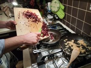 Cuociamo con una noce di burro i triti di cipollotti, di scalogno e radicchio chioggiano