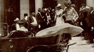 Poco prima dell'attentato. L'arciduca e sua moglie lasciano il municipio di Sarajevo.