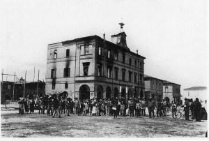 Il municipio di Alfonsine devastato dai rivoltosi.