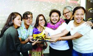 La Diaz e i suoi attori festeggiano il pardo d'oro. I festeggiamenti dureranno meno del film
