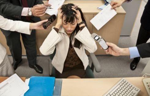 donna stressata in ufficio