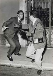 L'immagine di Walter Chiari e Secchiaroli scattata da Sorci.