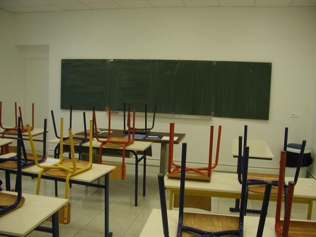 classe-vuota-sedie-sui-banchi