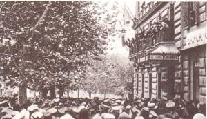 D'Annunzio conciona dal balcone dell'Hotel Regina a Roma.