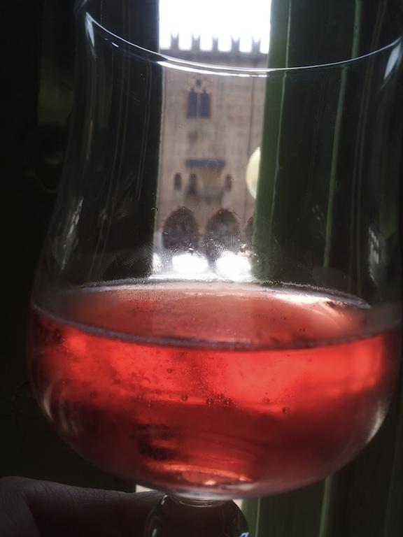 Palazzo ducale attraverso un bicchiere di vino