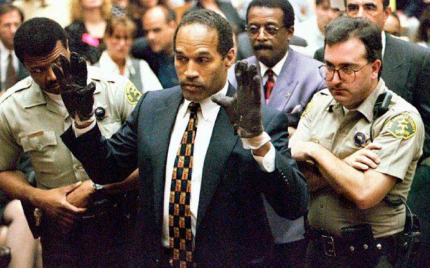 O.J. Simpson durante una udienza di uno dei processi penali più famosi di ogni tempo (1995)