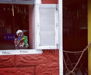 La bella brasiliana che attende gli ospiti affamati,davanti alla fermata del bus, nel mezzo del quartiere di Santa Teresa