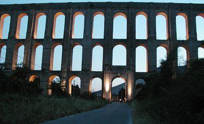"""Nel comune di Valle di Maddaloni si possono ammirare i monumentali """"Ponti della Valle"""" – l'acquedotto carolino progettato da Luigi Vanvitelli nel XVIII secolo. L'opera – legittimamente ritenuta di elevatissimo pregio architettonico e ingegneristico – attirò l'attenzione dell'intera Europa."""