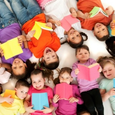 group-of-kids-reading